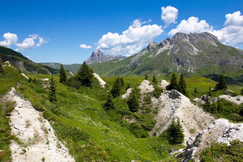 Vanduo, tirpdydamas gipsą netoli Lecho suformavo duobetą ir kalvotą krastovaizdį - Lech Zurs am Arlberg