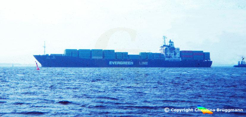 """Evergreen Containerschiff """"EVER LEVEL"""" nach Kollision und Brand im Schlepp nach Hamburg 1983"""