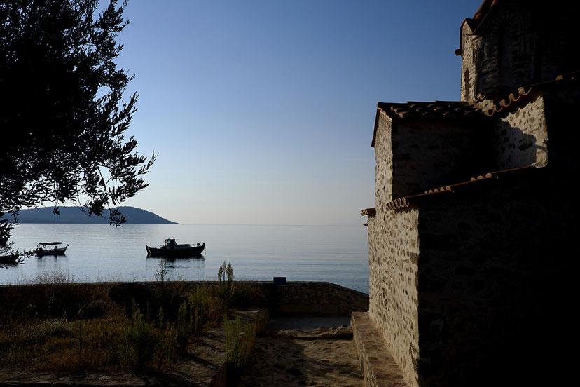 Mathieu Guillochon photographe, Grèce, Skoutari, Magne, église byzantine, voyage, mer, rivage, littoral, aube, été, bleu, barque.