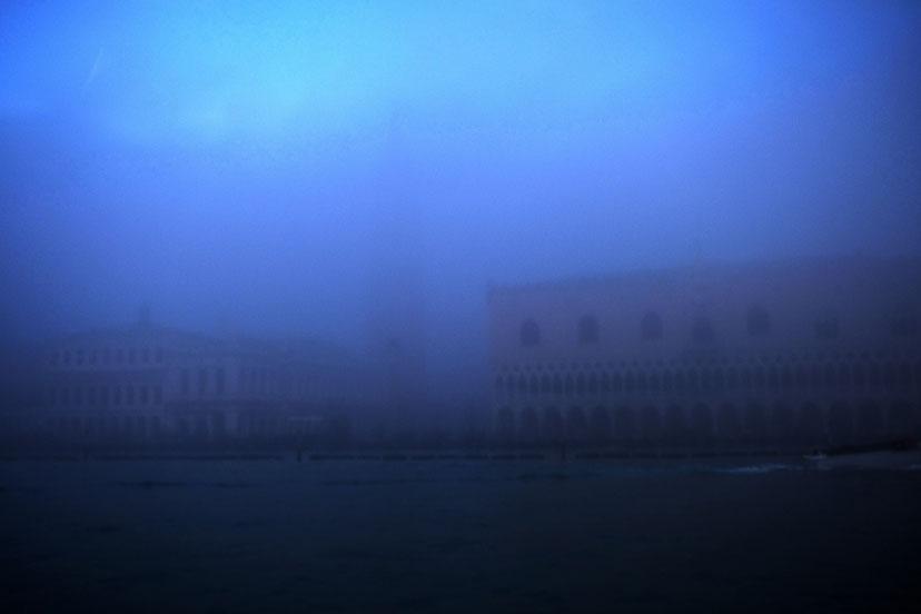 Mathieu Guillochon photographe, Italie, Venise, bacino de san marco, palais des doges, campanile, brume, matin, bleu, voyages, couleurs.