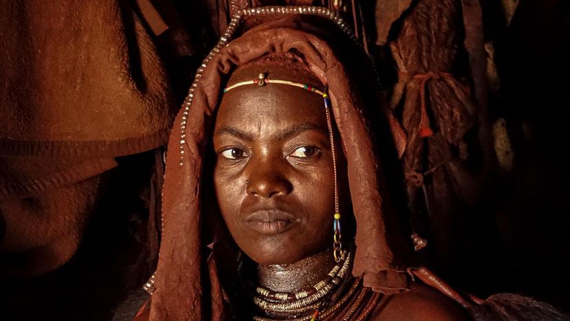 Femme Himba pensive, Namibie, photo non libre de droits