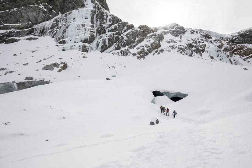 Nach rund 2.5 Stunden Schneewanderung liegen uns die Gletscherhöhlen zu Füssen