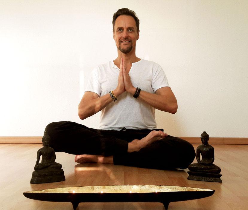 Karl-Heinz Limberg praktiziert Yoga
