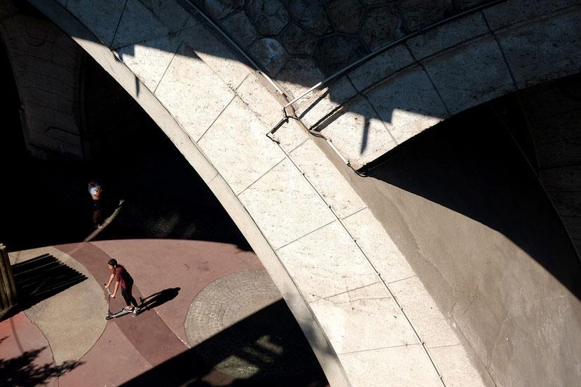 Mathieu Guillochon, photographe, France, banlieue, ombres, lumières, enfants, jeux, pont, Courbevoie, sur le chemin du boulot