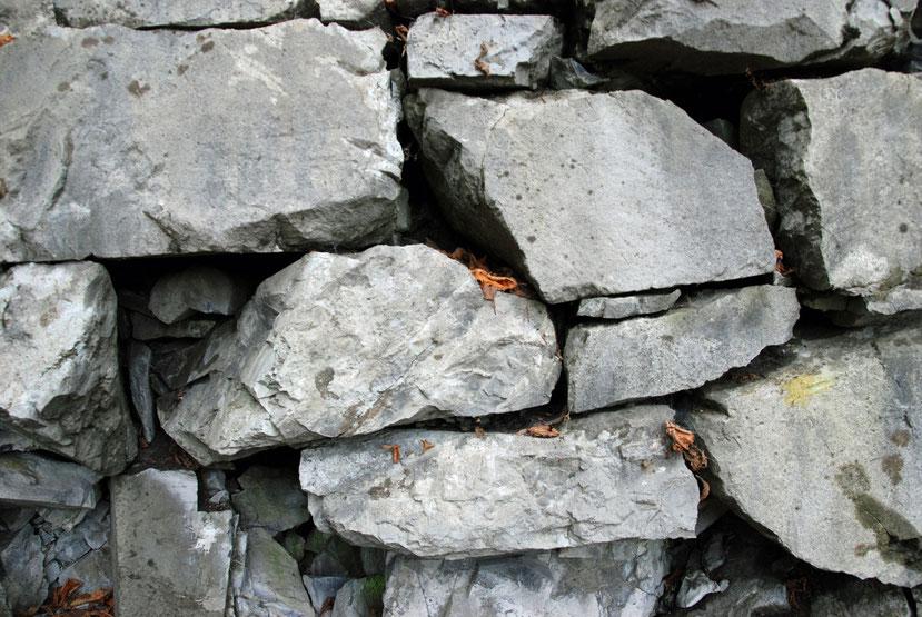 Gut erhaltene Trockenmauer an der Ostseite des Hügels. Koordinaten 722877 213292