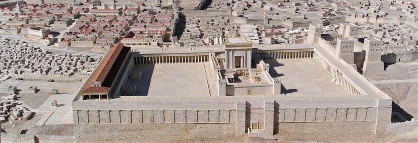 La prophétie des 70 ans de dévastation sur Jérusalem (587-517 av J-C) s'accomplit de manière précise. Le temple détruit en 587 av J-C est reconstruit en 517 av J-C. Nous avons bien 70 ans entre la destruction et la reconstruction du Temple de Jéhovah.