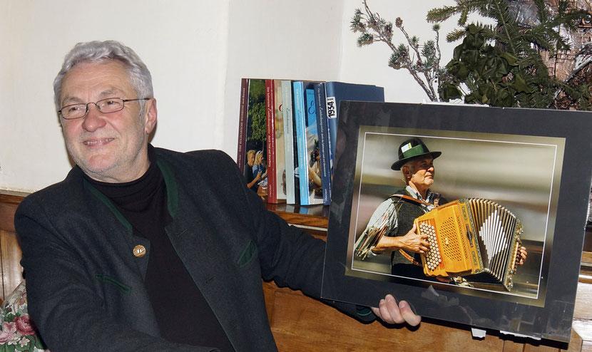 Karl bekommt von Hans ein tolles Foto, welches bei einem Auftritt in Steyr entstanden ist.