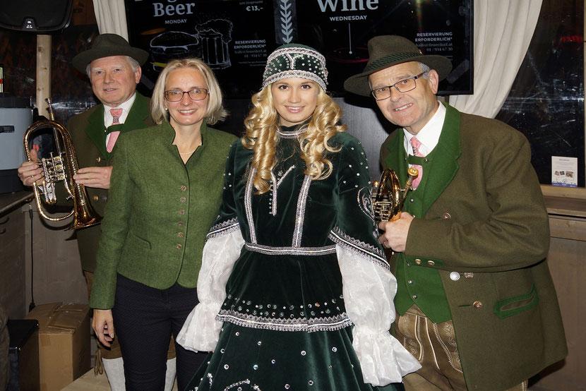 """Hans, Sepp und Eva Pötzl (Tourismusdirektorin Steyr) mit dem """"Steyrer Christkindl"""" bei einem Besuch in Wien"""