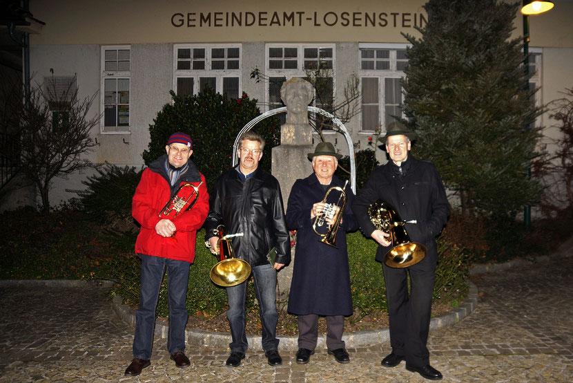ASQ am Heiligen Abend bei der Schosser-Büste vor dem Gemeindeamt Losenstein