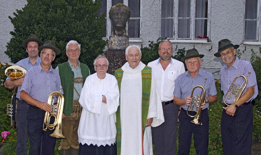 ASQ mit Msgr. Bachleitner und Bürgermeister Leopold Arthofer vor der Schosser-Büste am Kirchenplatz Losenstein