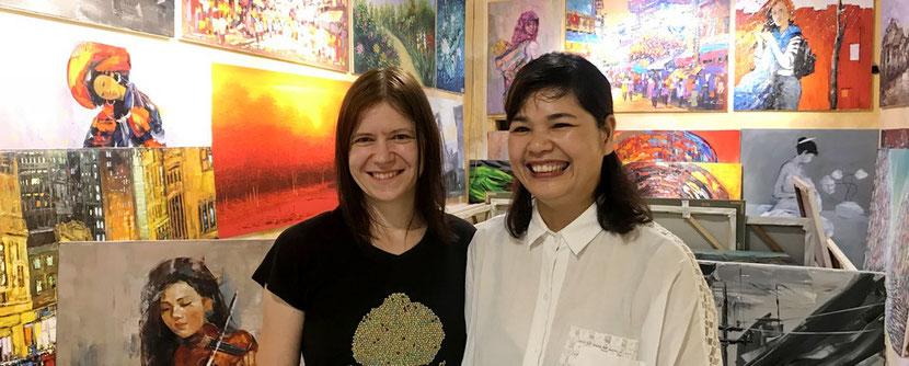 Kunstgalerie Die 2 Galeristinnen aus Leipzig und Hanoi in der Galerie von Bien