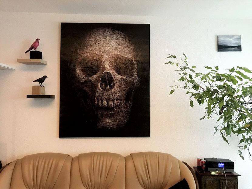 Das Auftragsgemälde von Künstler Adam hängt im Wohnzimmer von Mario