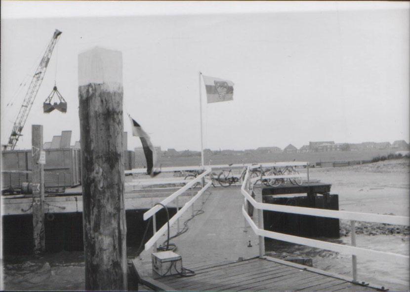 Als der Hafen (Notveersorgungsanlage) fertig wurde, hatte man erst aus den Ladeflächen der alten Flachwagen der Inselbahn diesen Anleger für die -Wappen von Juist- gebaut.