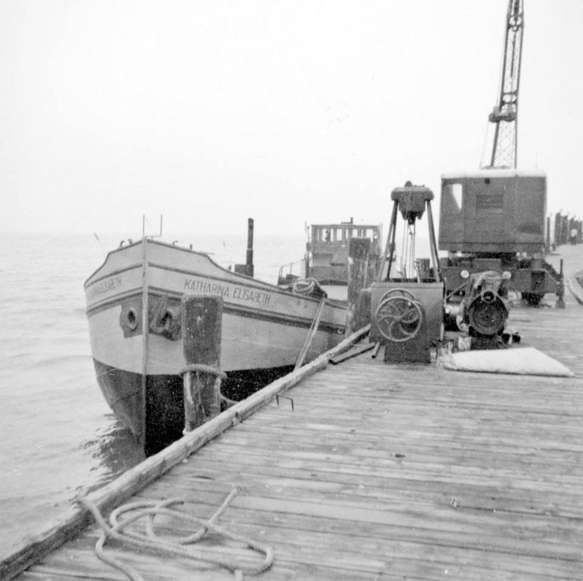 """der """"Insel-Frachter"""" Katharina Eilsabeth am Anleger um 1962"""