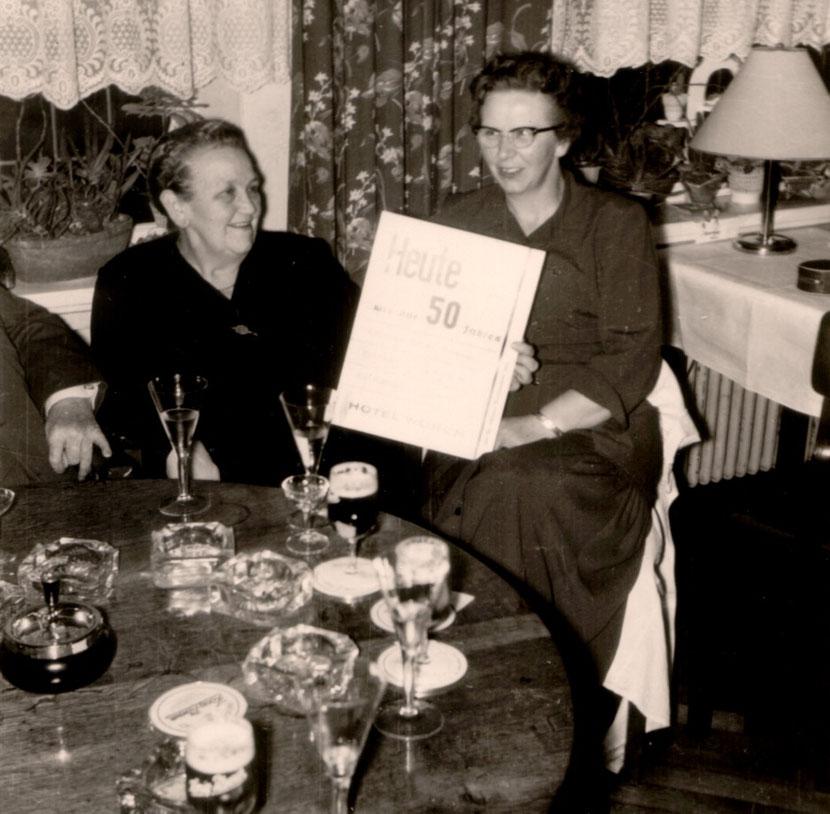 1959 ; Olga und Lieselotte WORCH bei der kl. Feier zum 50igsten Betriebsjubiläum im Restaurant des Hotel Worch