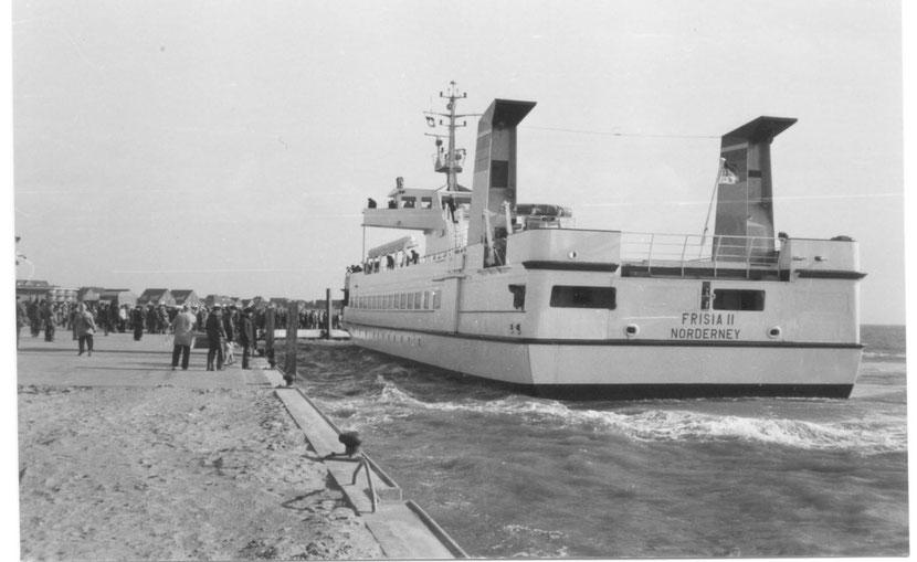 März 1982, die Frisia II legt das erste Mal in/an der Notversorgungsanlage an.  Foto © Stefan Erdmann, Juist
