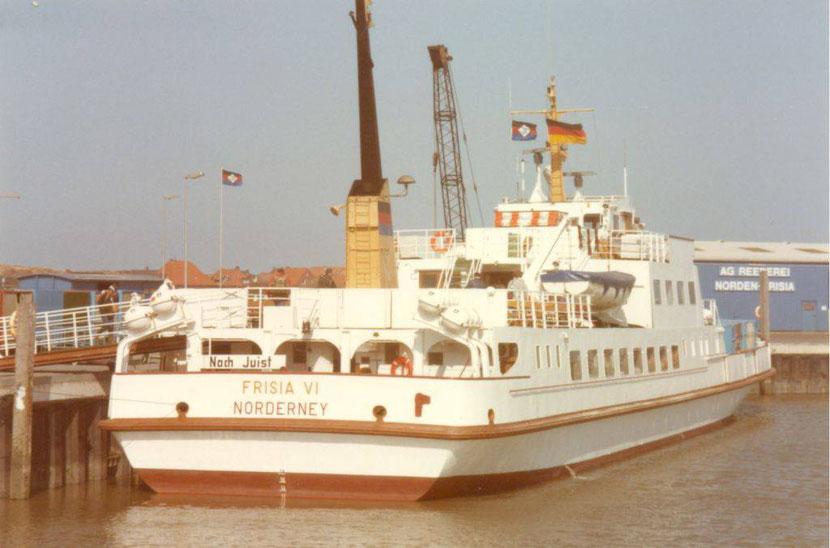 """Lang lang ist es hier. Das Foto von der """"Frisia VI"""" wurde in den Anfangsjahren des Juister Hafens aufgenommen. Links noch ein alter Inselbahnwagen, der als Unterstand diente, weil das Hafenbetriebsgebäude (1987 in Betrieb genommen) noch nicht da war."""