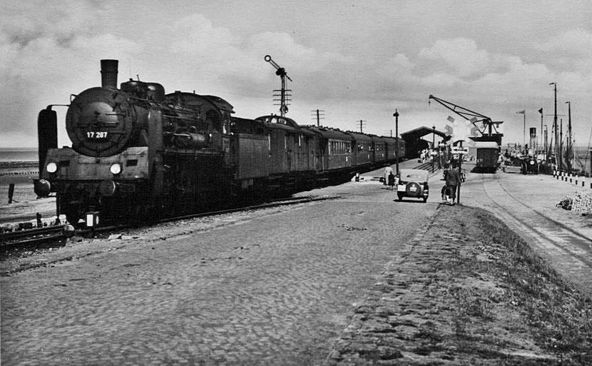 Die Lok der Baureihe 17 wurde zuvor auf der Drehscheibe in Norddeich gedreht.