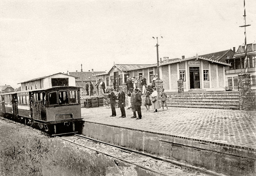 um 1912 , der Güterschuppen (links) ist noch in Bau.