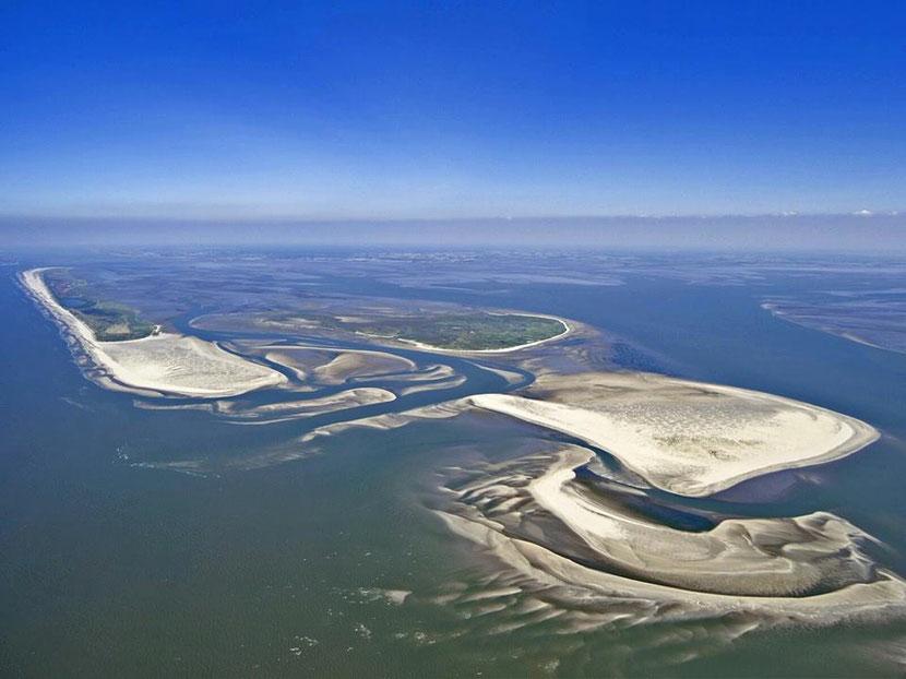 v.l. n. r. :   JUIST das TÖWERLAND , Vogelinsel MEMMERT , darunter die KACHELOOT - Platte