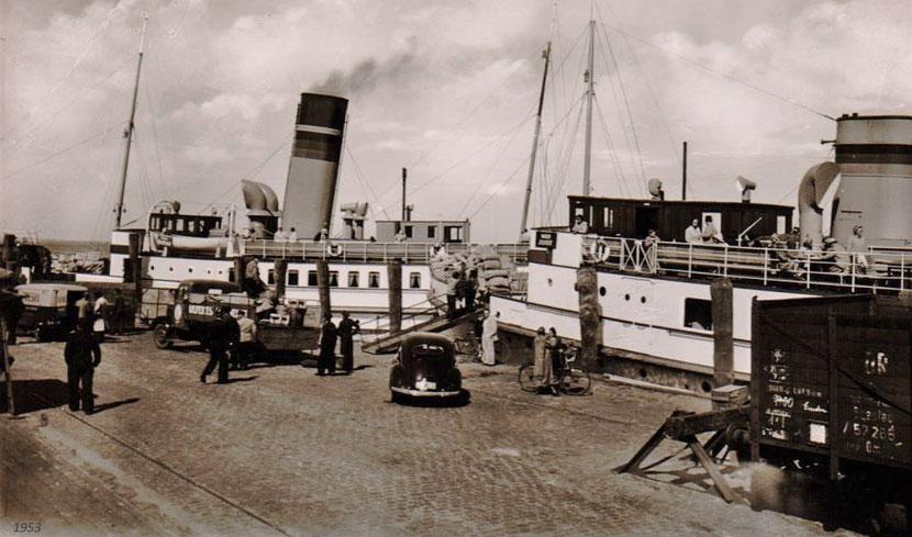 """das JUIST-Schiff Frisia  XV wird beladen, """"alles von Hand"""" , um 1953."""