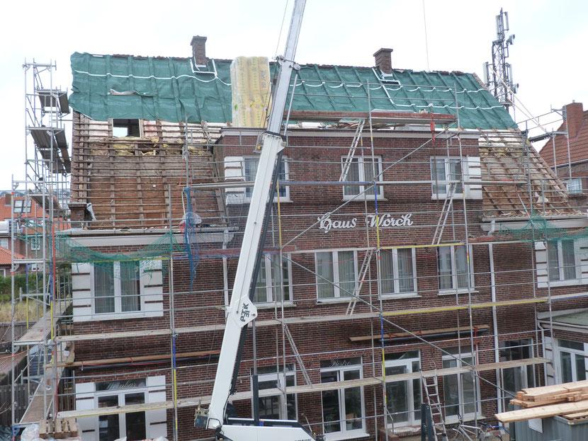 nach 85 Jahren  (1933-2018) bekommt das HAUS Worch ein neues Dach und wird komplett neu verfugt.  ----Schön viel Lärm und Dreck.----