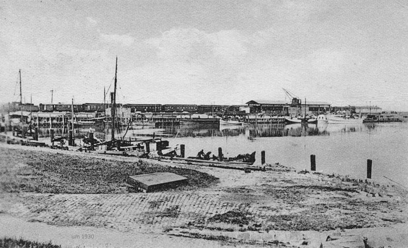 Norddeich um 1930 - Blick über den Fischereihafen auf die Mole