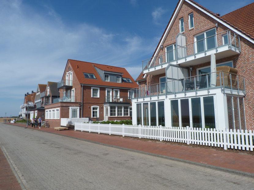 August 2018 ;  rechts --früher Haus Edelweiß, Fam. Joh. Arends----, links Haus Nordland ----früher Familie Tischler Kleen----