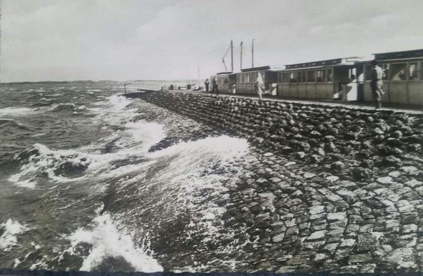 Juist Anleger vom Kopfliegeplatz v. Schiff gesehen, über normal HW Pfahlbahnstrecke unter Wasser. ca. 1960er