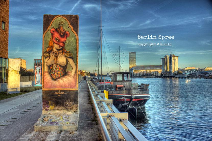 Berlin Spree , graffiti konst på en kvarleva från Berlinmuren