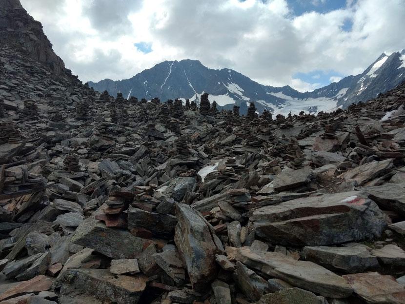 Ein Meer an Steinmänchen, im Hintergrund kommt bereits der Gletscher in Sicht