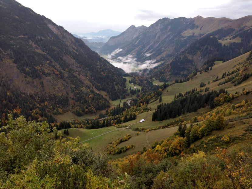 Morgentlicher Abstieg ins Tal