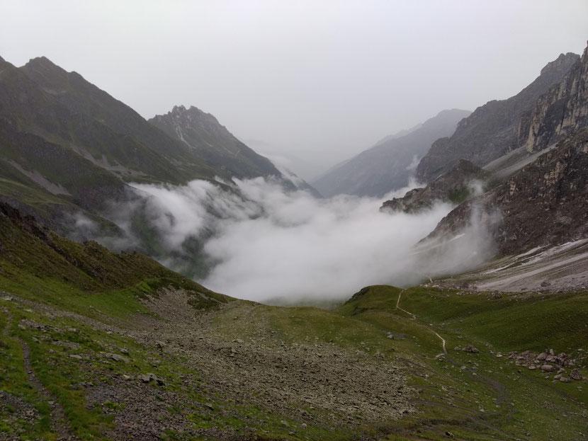 Tiefhängende Wolken auf dem Weg ins Tal
