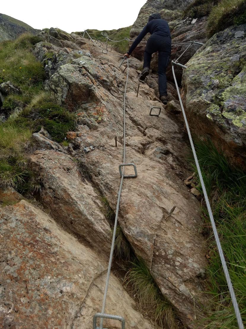 Über Klammern und Stifte gehts bergauf - Ist das noch ein roter Bergweg?