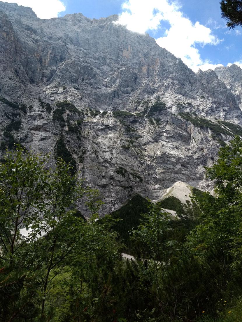 Die schroffen Felsen des Wettersteingebirges