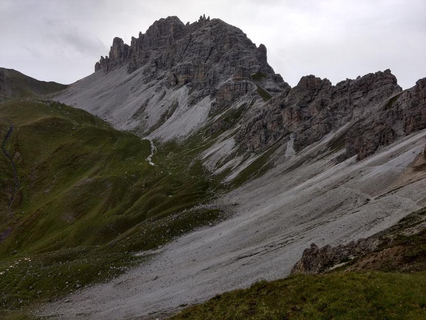 Unterhalb der wuchtigen Wände der Schlicker Seespitze führt der Weg auf einen Sattel