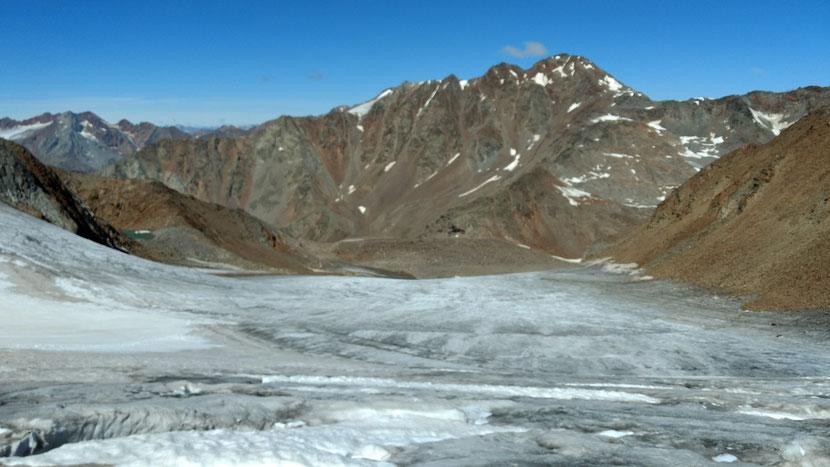 Ein erster Blick zurück auf den spaltenreichen Gletscher