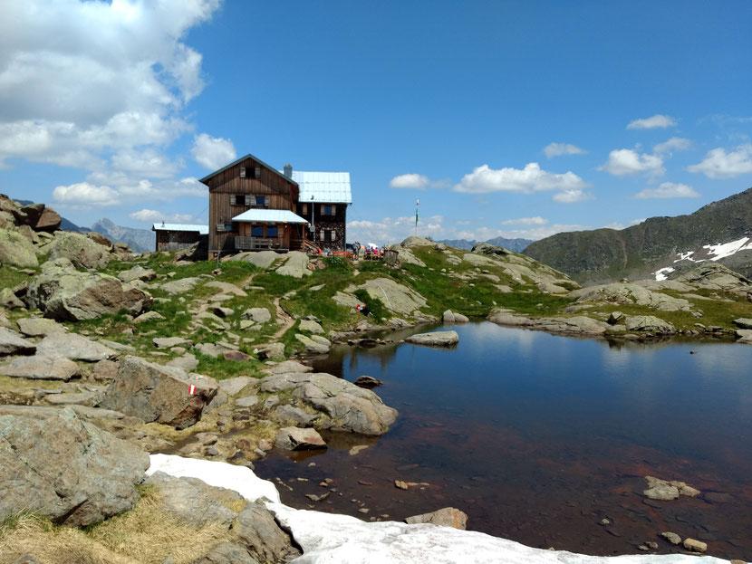 Was für eine Lage: Die Bremer Hütte auf 2.413m