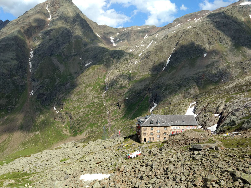 Die Nürnberg Hütte, den Gebirgszug im Hintergrund müssen wir morgen überqueren...