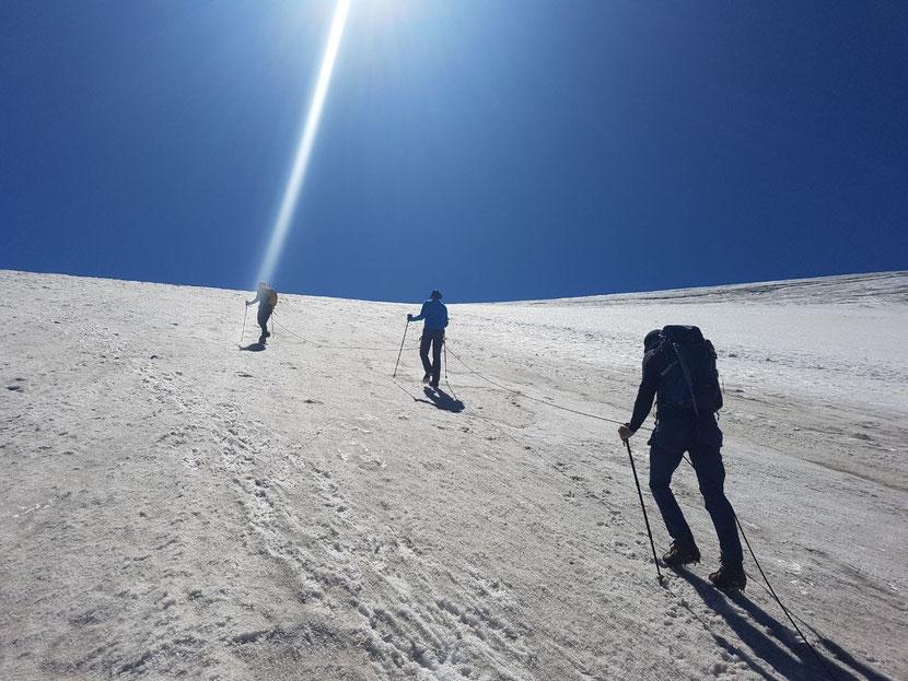 Aufstieg über den Gletscher bei feinstem Wetter