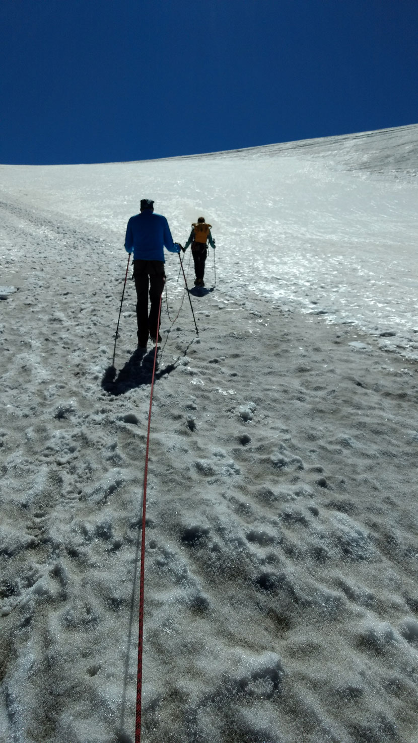 Am Seil der Bergführerin gehts weiter hinauf