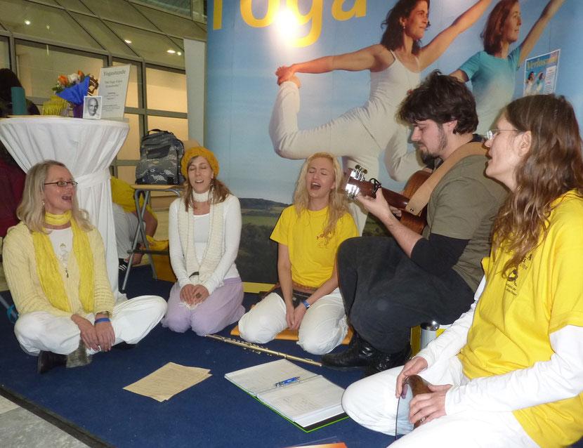 Kirtan am Stand Yoga Vidya auf der Yoga-Expo in München, Mantrayogastunde