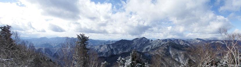 山頂からのすばらしい眺望を堪能!(山頂から奥秩父方面を望む)