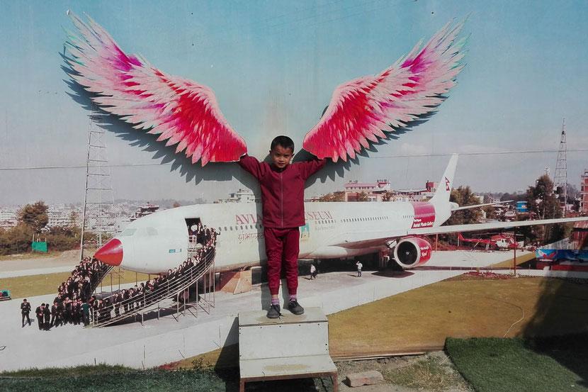 Sonam mit Flügeln im Flugzeugmuseum