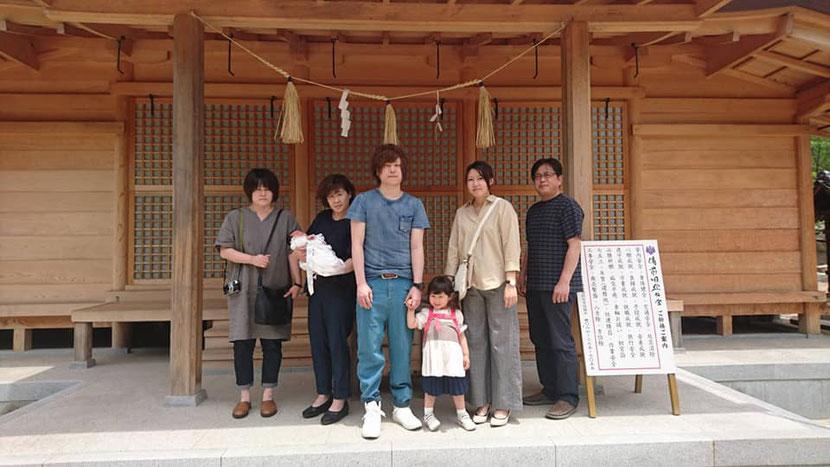 総社宮拝殿の前で記念撮影をする初宮詣のお参りに訪れたはるなちゃんご家族