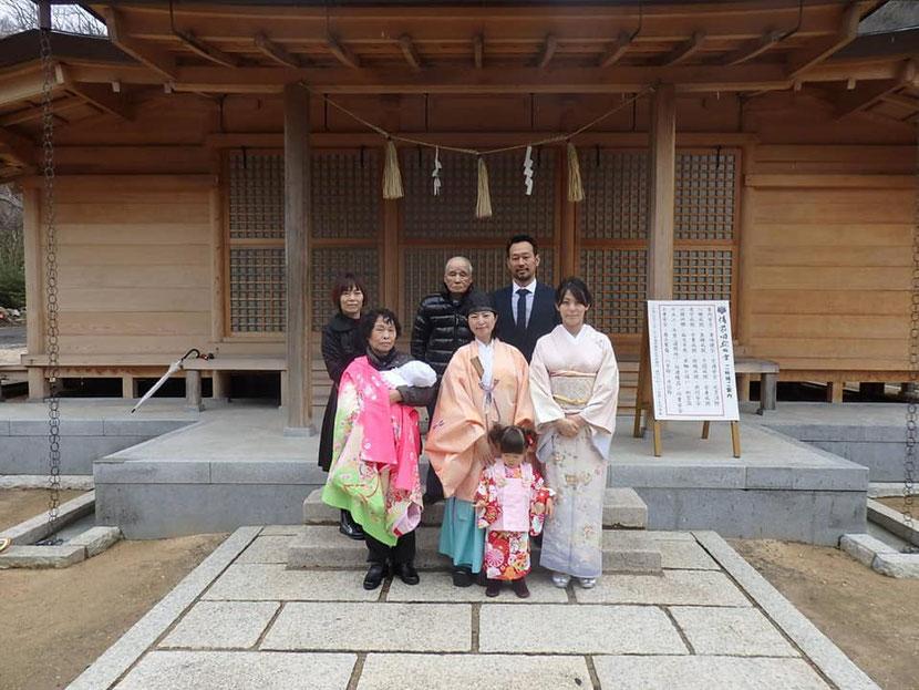 総社宮拝殿の前で記念撮影をする初宮詣のお参りに訪れたももねちゃんご家族