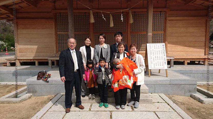 総社宮拝殿の前で記念撮影をする初宮詣のお参りに訪れたあきほちゃんご家族