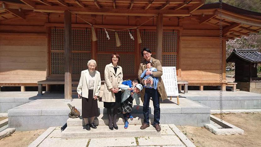 総社宮拝殿の前で記念撮影をする初宮詣のお参りに訪れたゆいとくんご家族