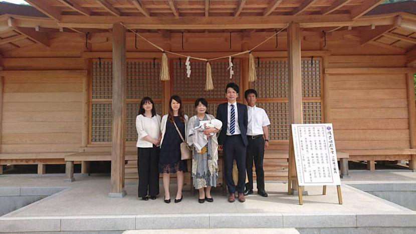 総社宮拝殿の前で記念撮影をする初宮詣のお参りに訪れたあやとくんご家族