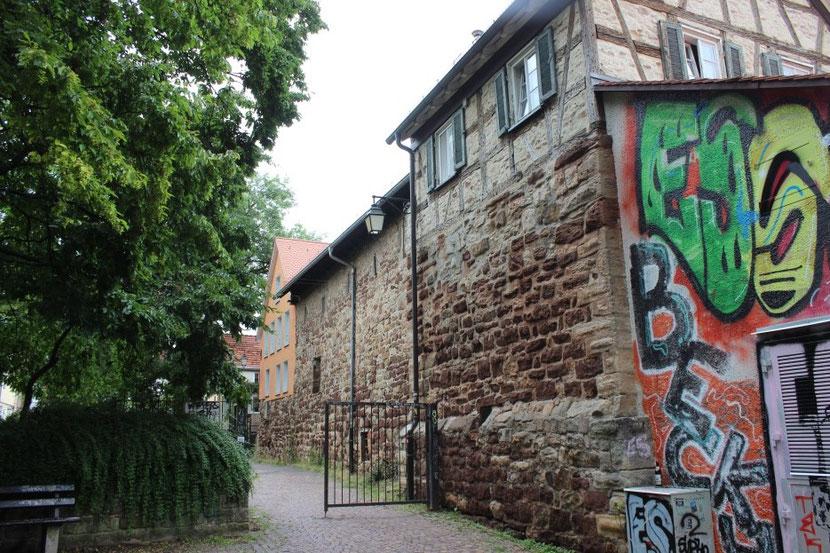 """In der Straße """"Im Zwinger"""" ist ein Stück der alten Stadtmauer in Hauswände eingebaut.[64] Bild: Johannes Thiede."""